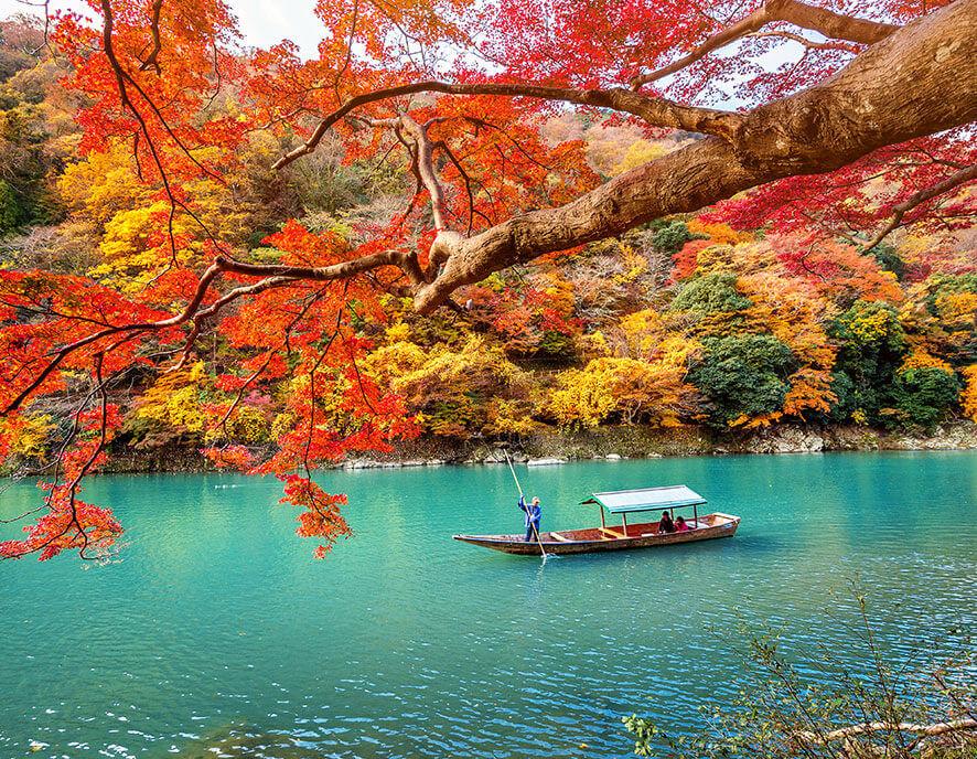 Autumn color of a lake